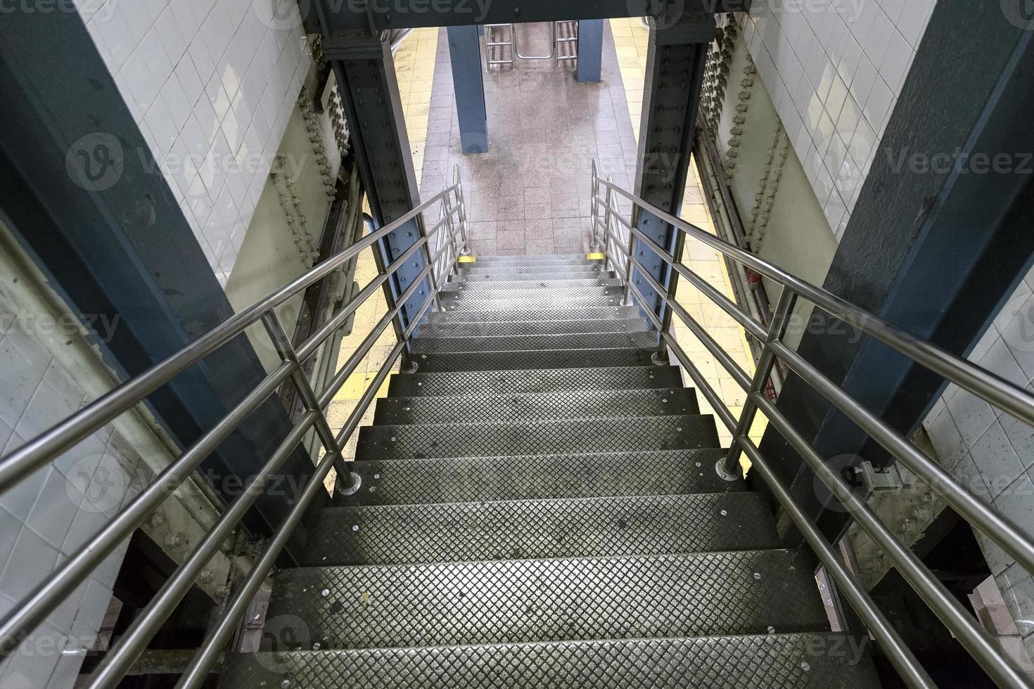escaliers menant à la station de métro à new york city photo