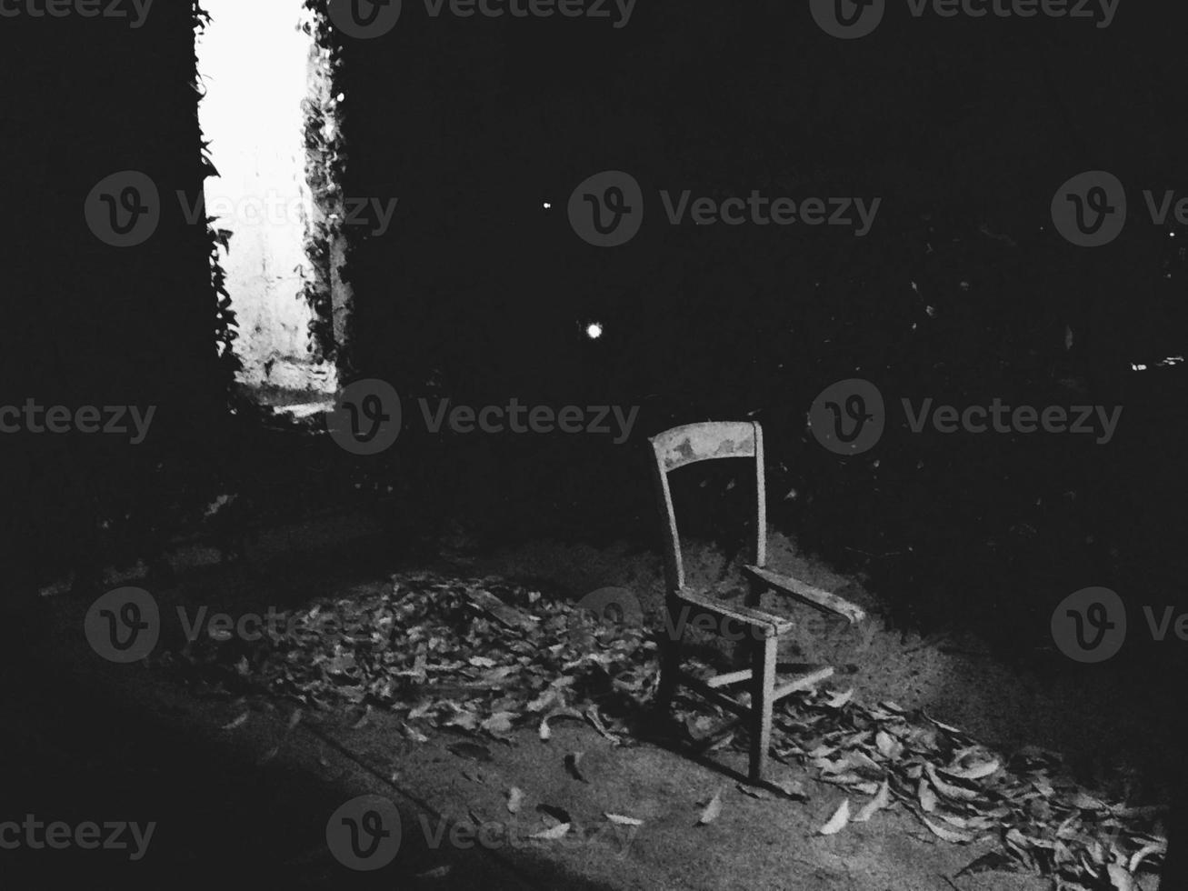 chaise cassée sombre photo