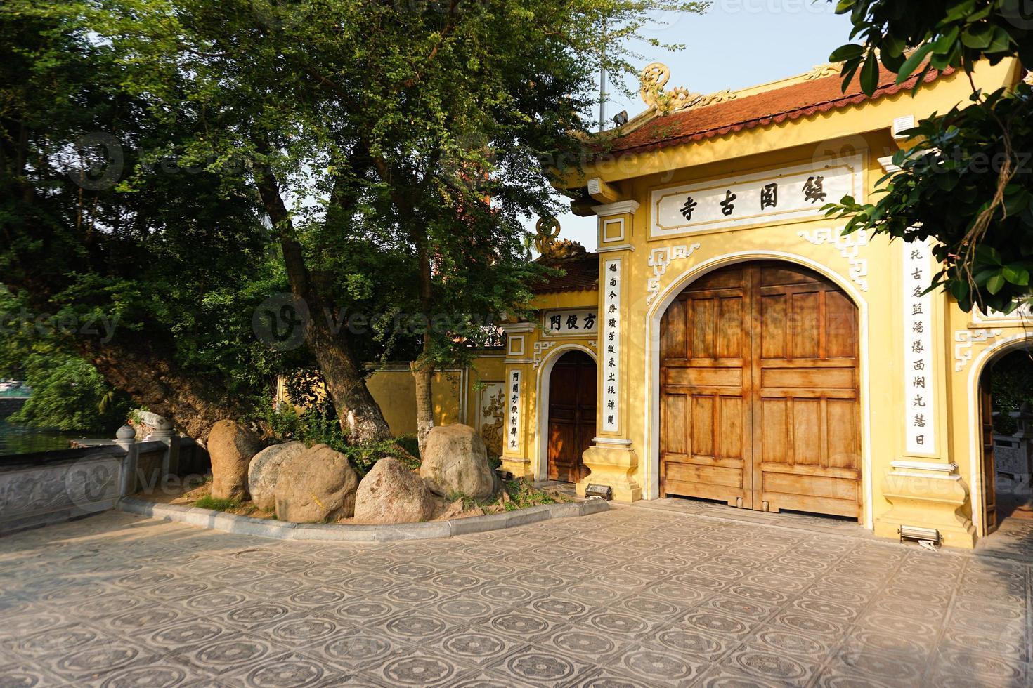 temple en matinée ensoleillée photo