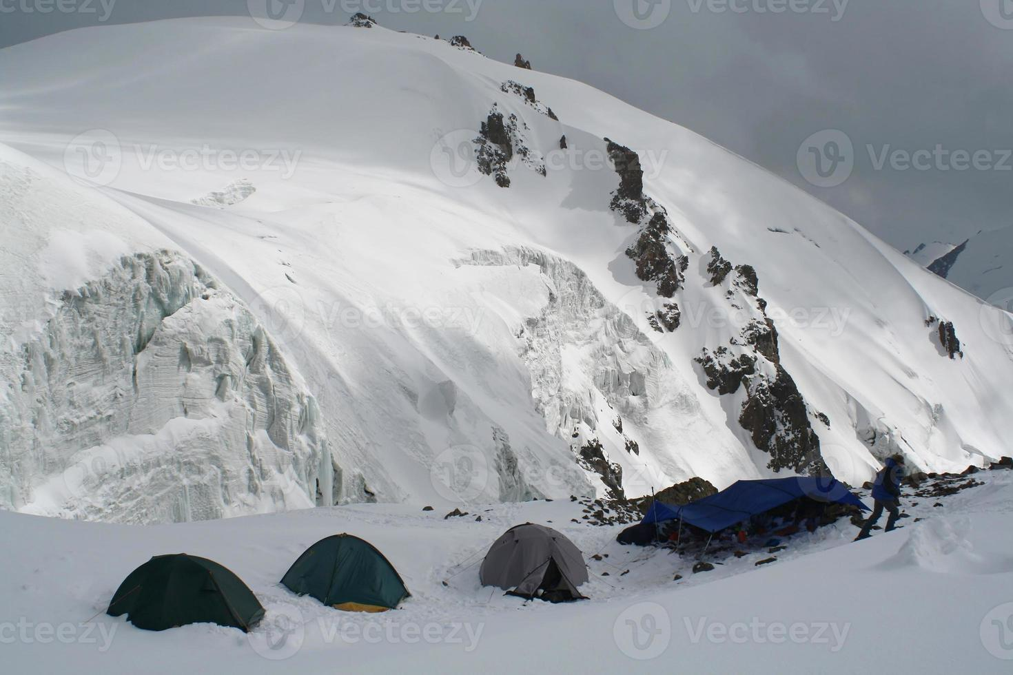camper en haute montagne photo