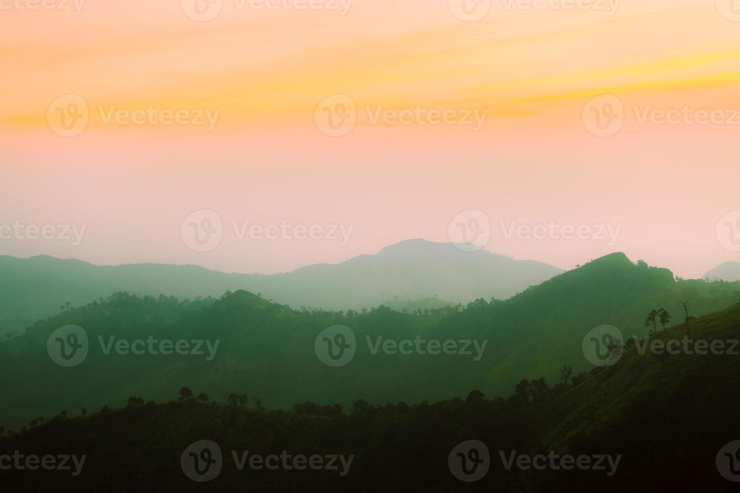 coucher de soleil montagne et couche, concept rétro vintage photo