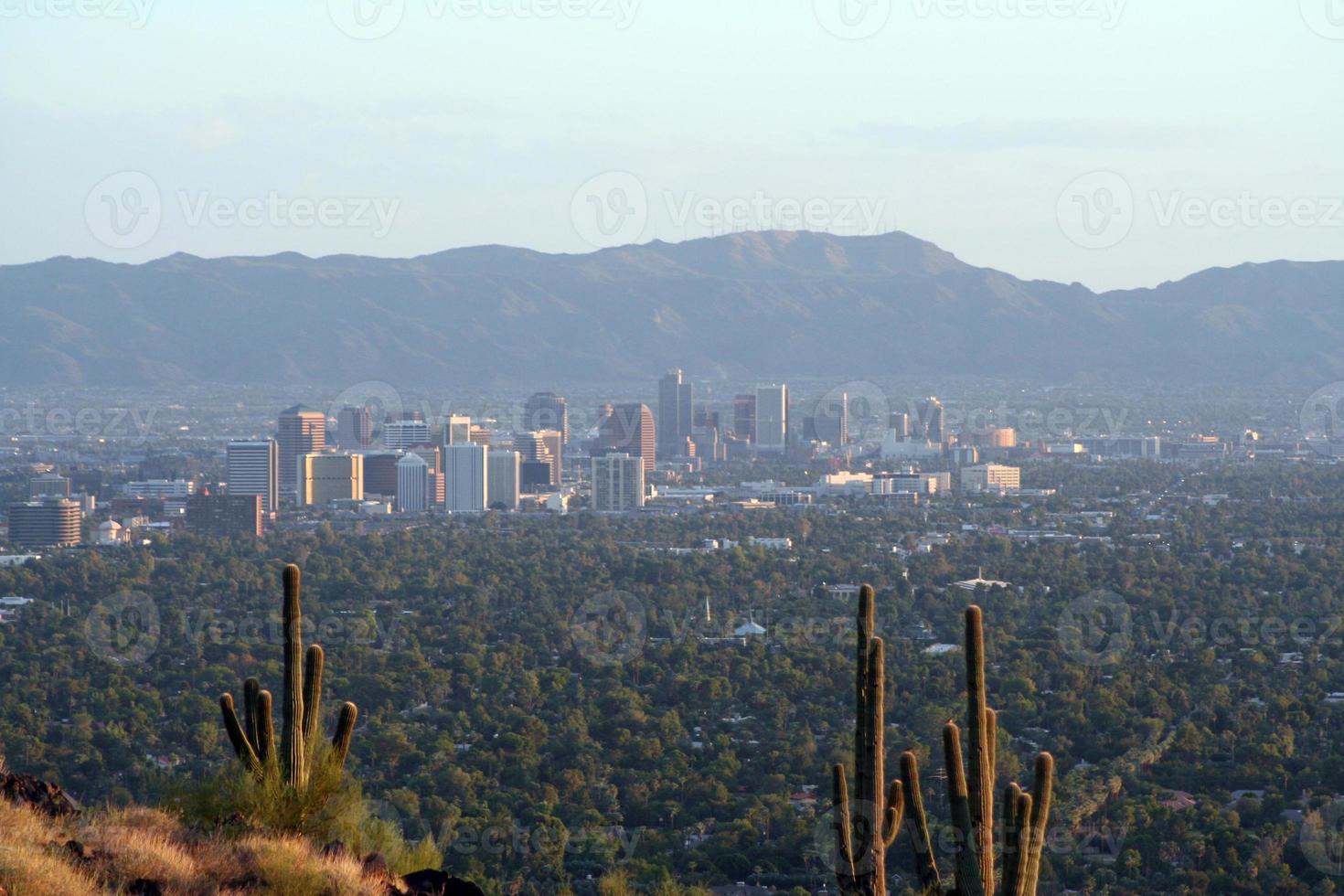 surplombant les toits du centre-ville de Phoenix photo