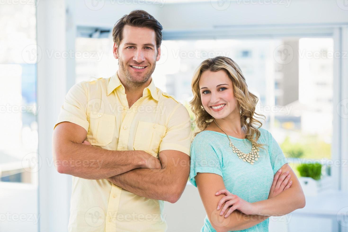 équipe de création d'entreprise posant avec les bras croisés photo