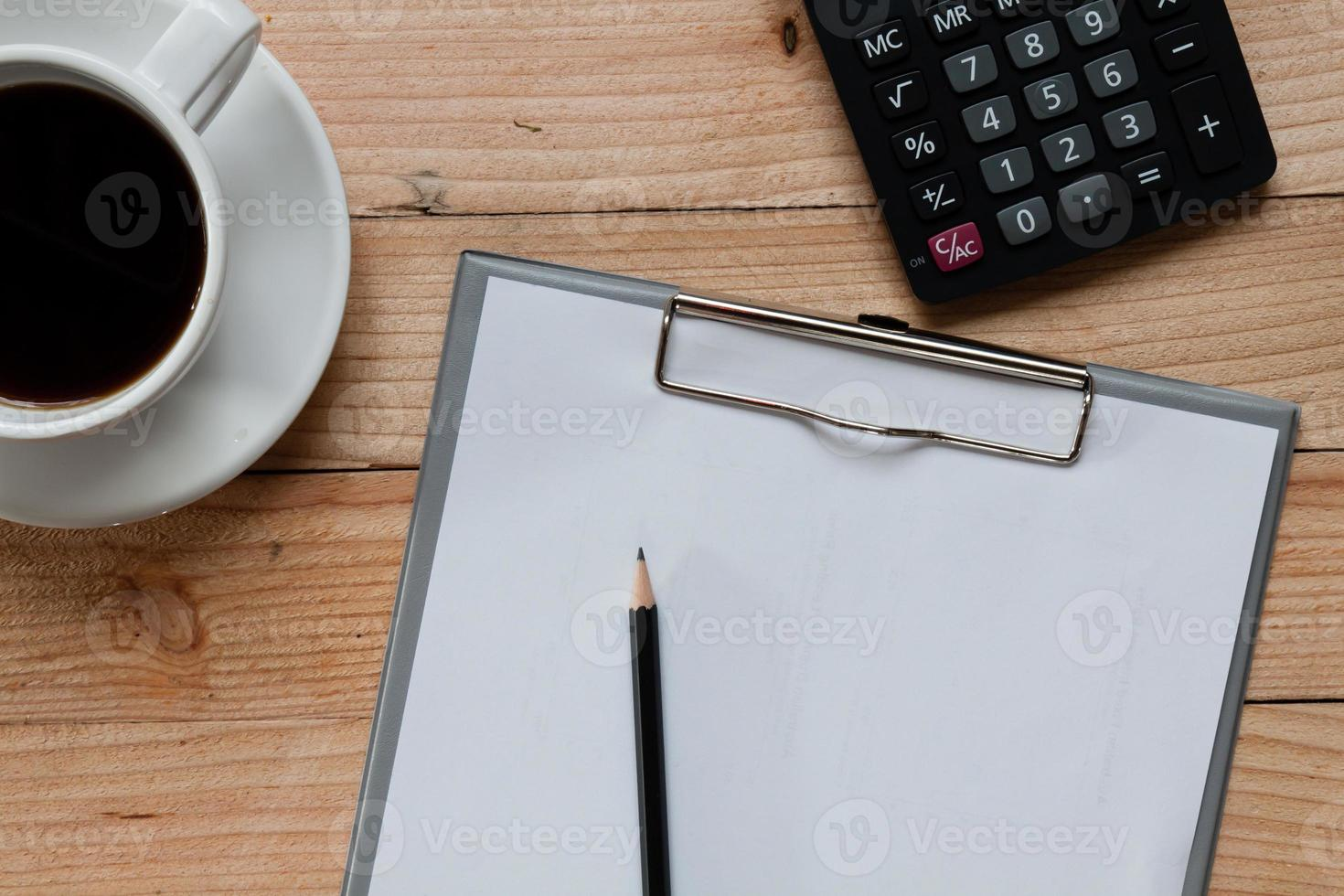 table de travail couverte de documents. vue de dessus. photo