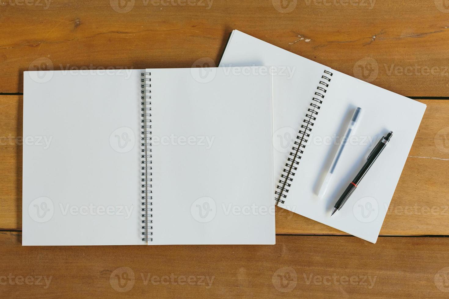 stylo, crayon et bloc-notes. style plat photo