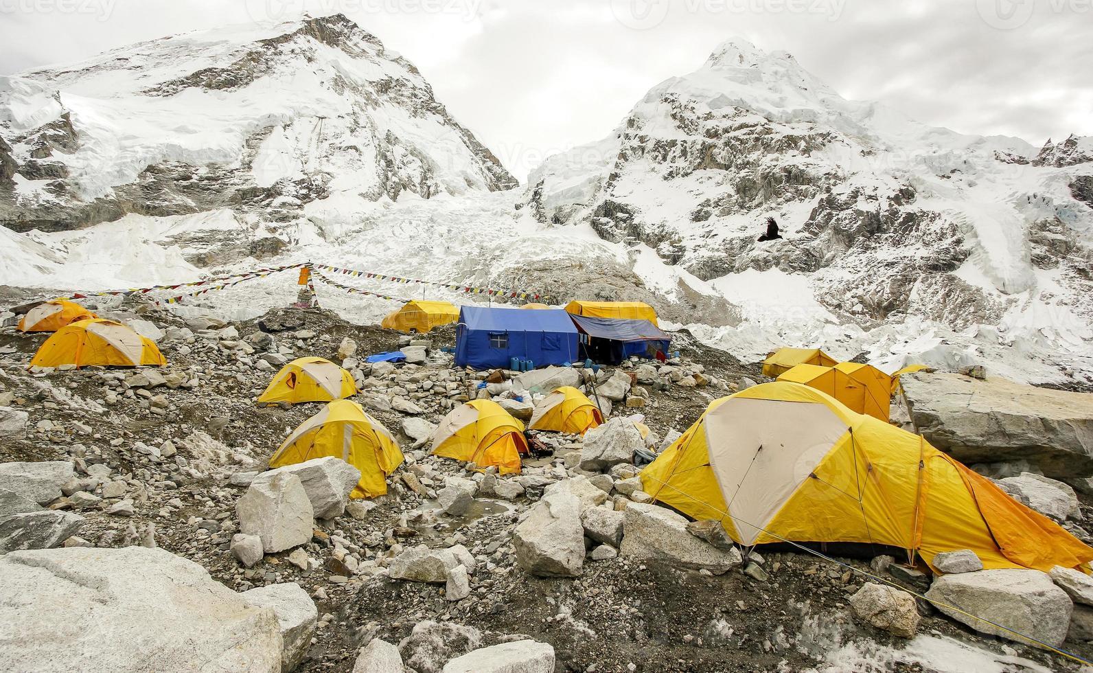 tentes dans le camp de base everest, jour nuageux. photo