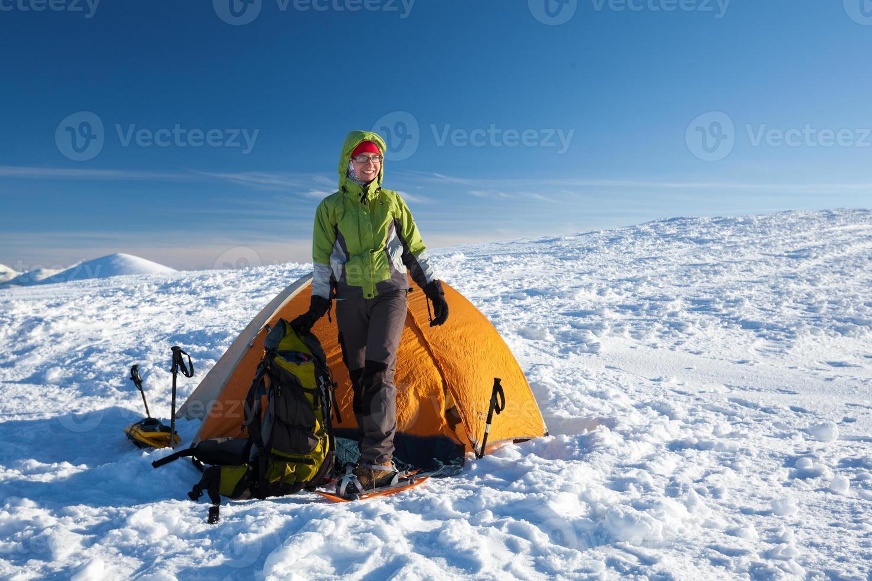 camping pendant la randonnée d'hiver dans les montagnes des Carpates photo