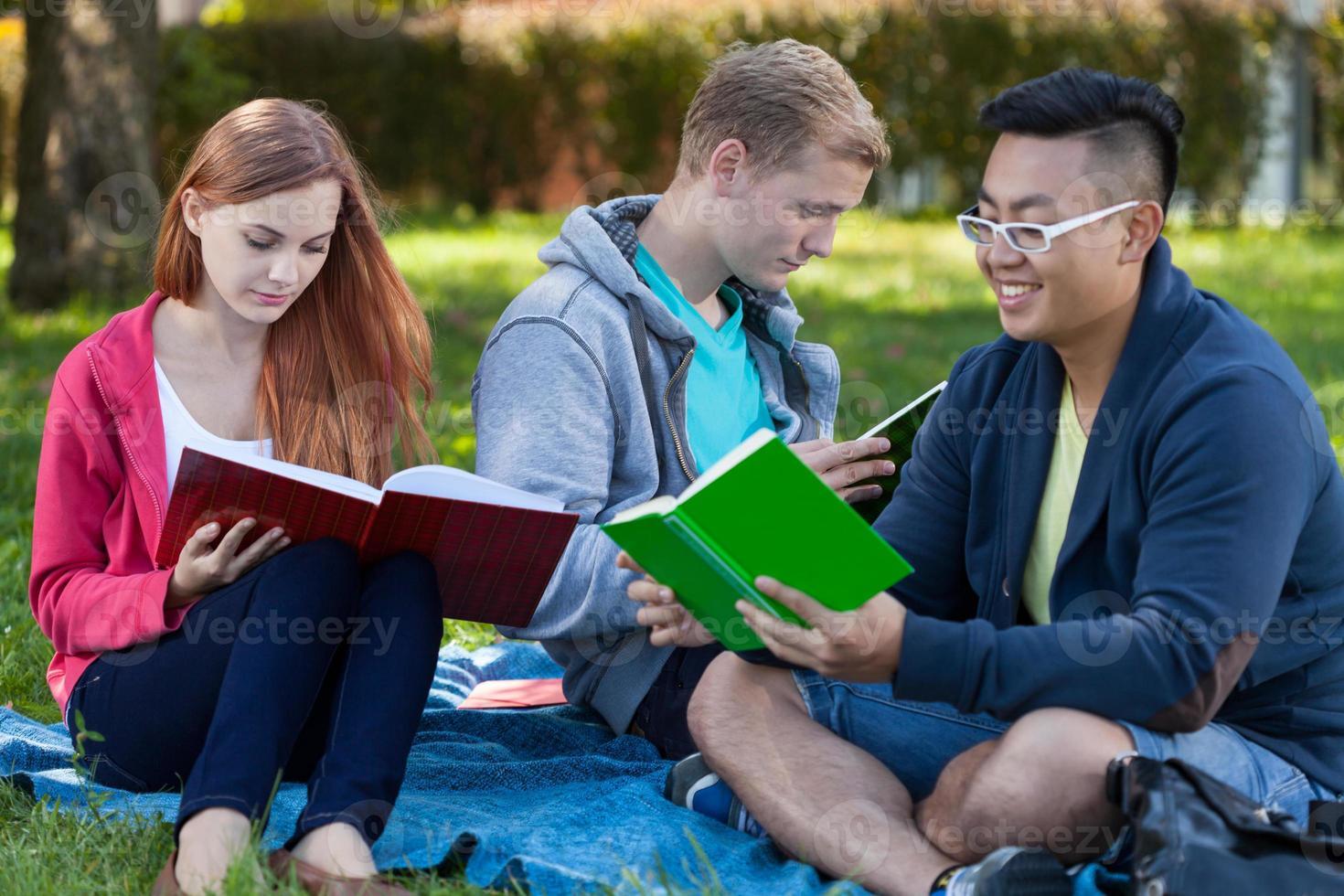 apprendre ensemble dans un parc photo