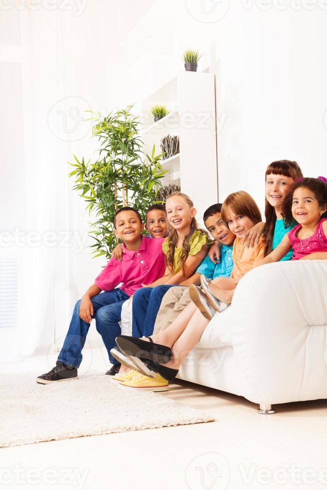 heureux garçons et filles souriants ensemble photo
