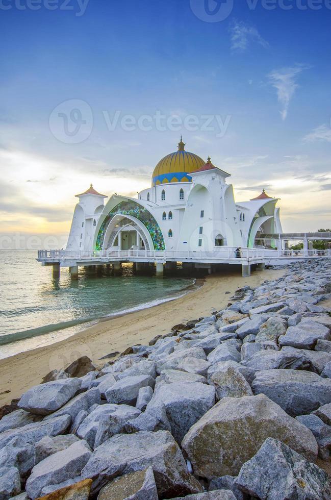 vue majestueuse de la mosquée du détroit de malacca pendant le coucher du soleil photo