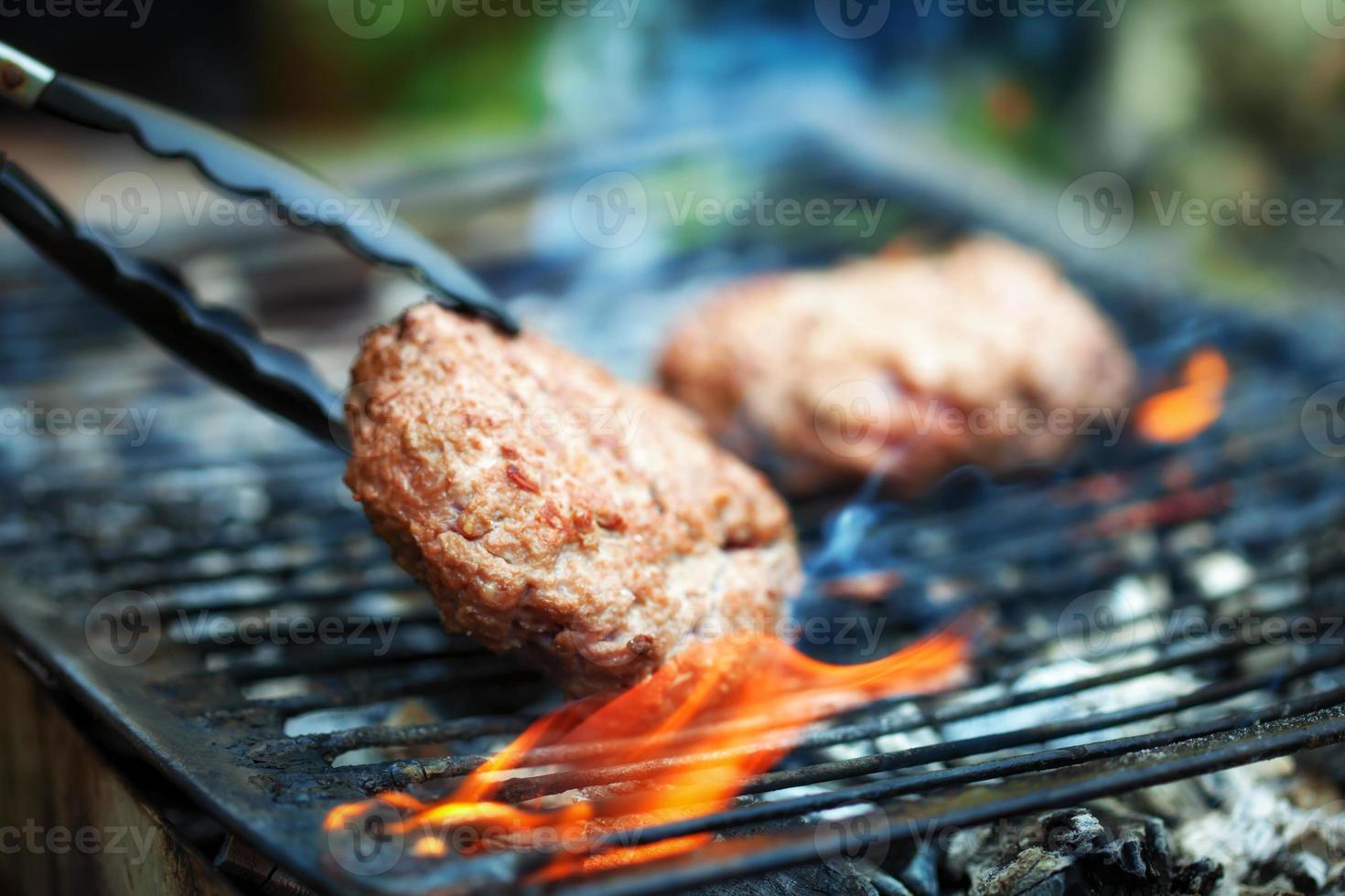 hamburgers sur grill extérieur photo