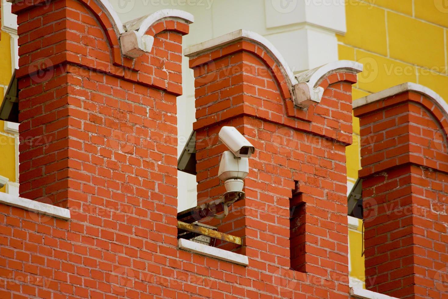 caméra de vidéosurveillance sur le mur du kremlin de moscou photo
