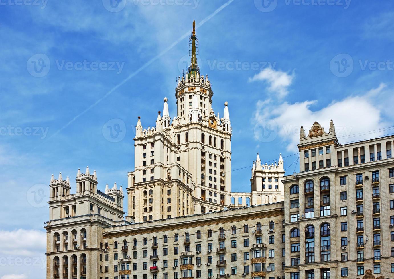 Immeuble de grande hauteur sur remblai kotelnicheskaya à Moscou, Russie photo