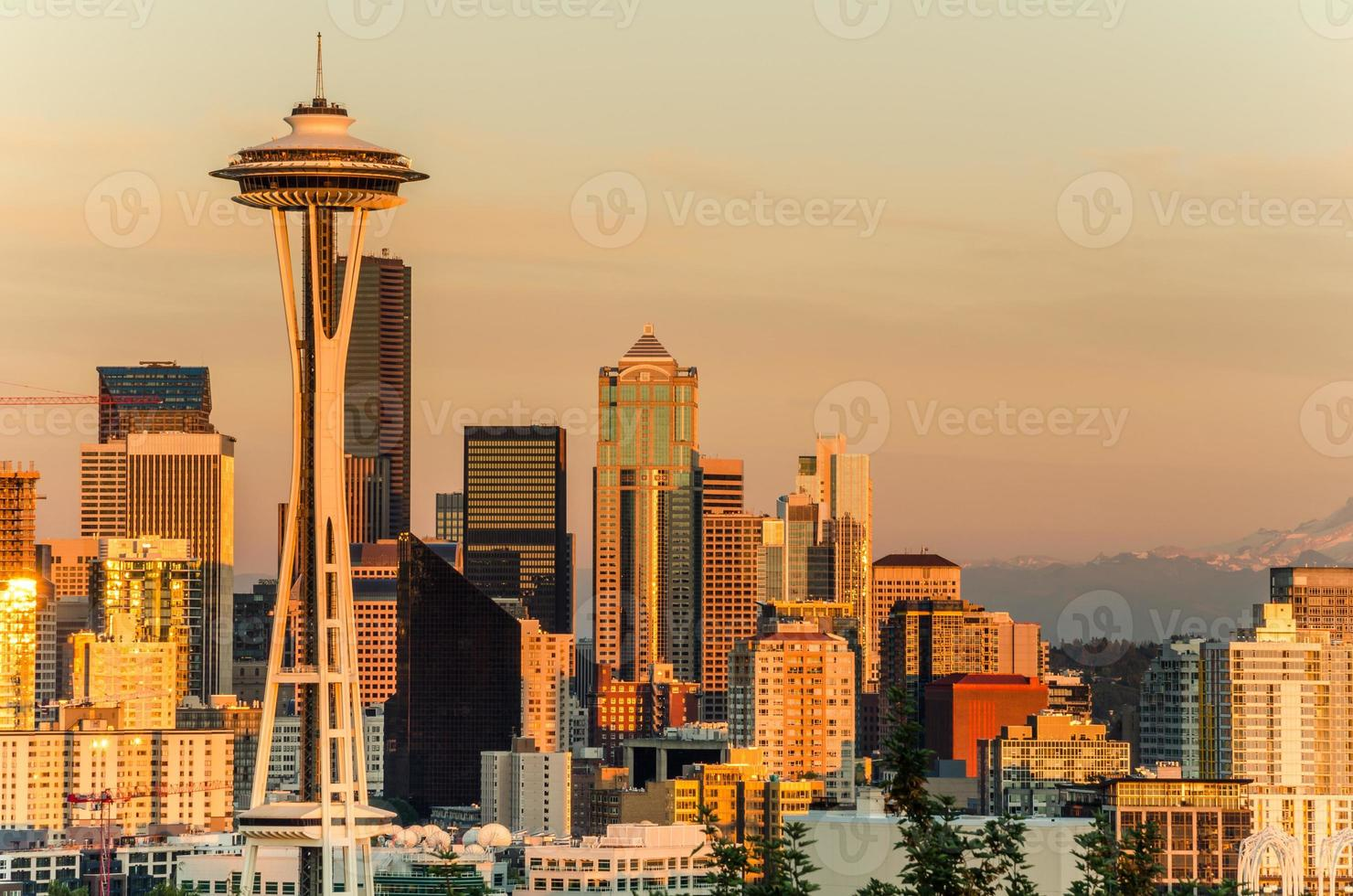 coucher de soleil sur le centre-ville de Seattle photo