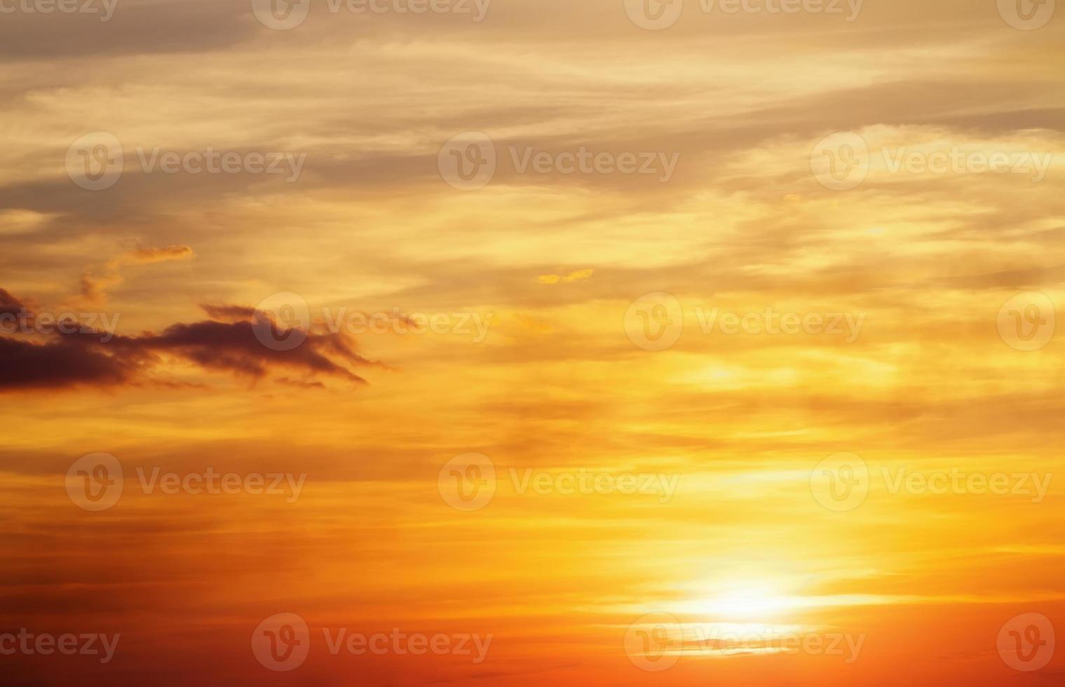 ciel coucher de soleil orange ardent. photo