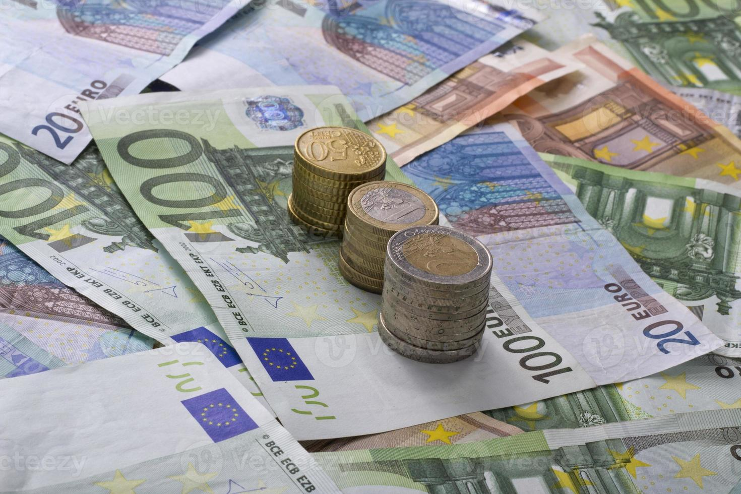 billets en euros pièces argent isolé photo