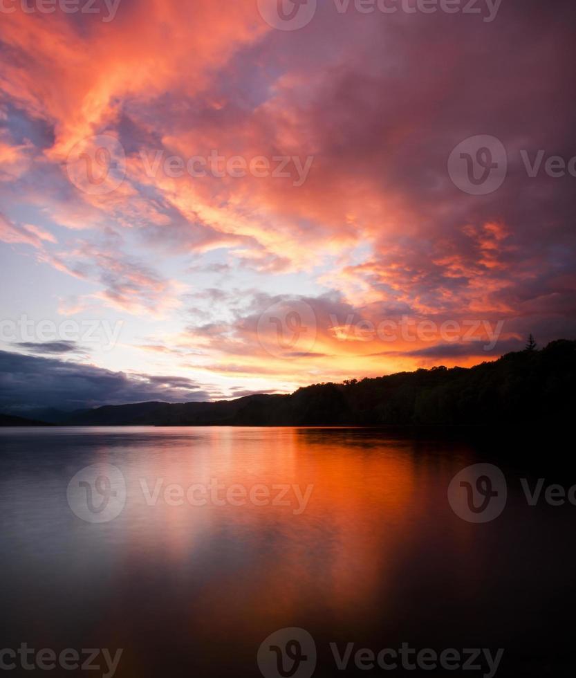 coucher de soleil au bord du lac photo