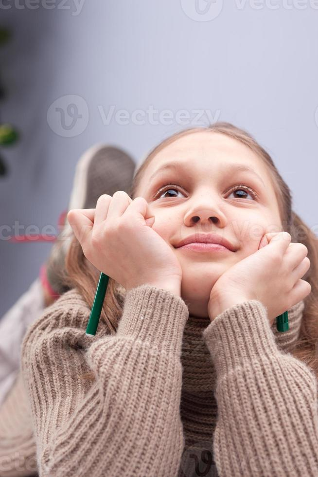 petite fille rêvant ou pensant photo