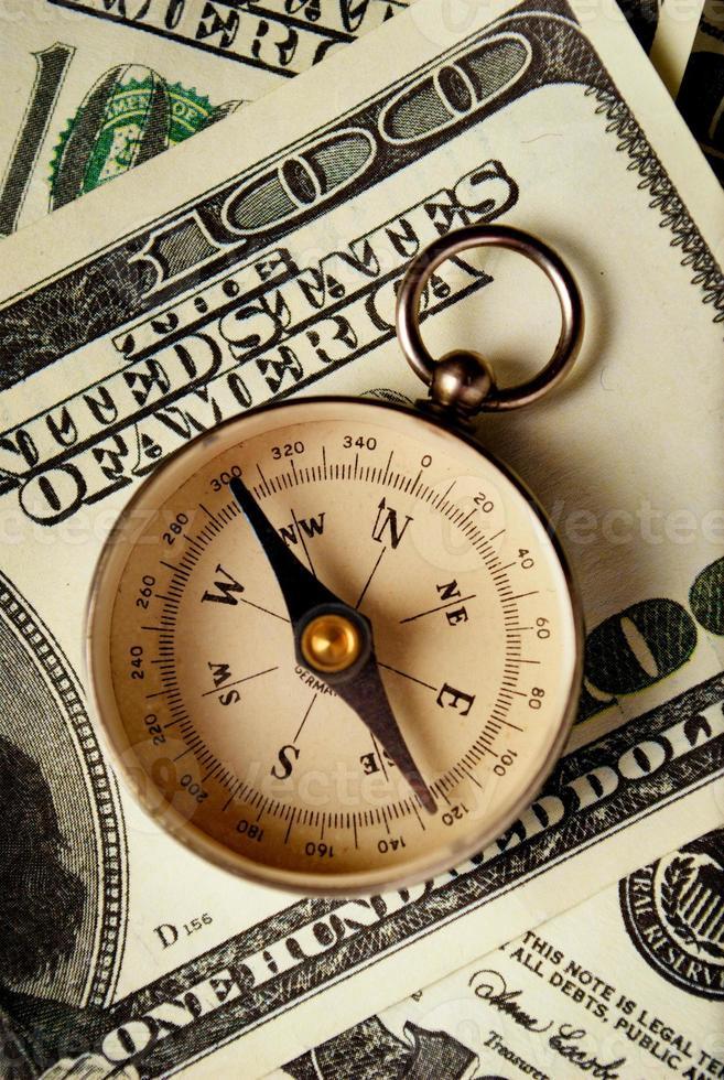 boussole magnétique sur les billets en dollars américains photo