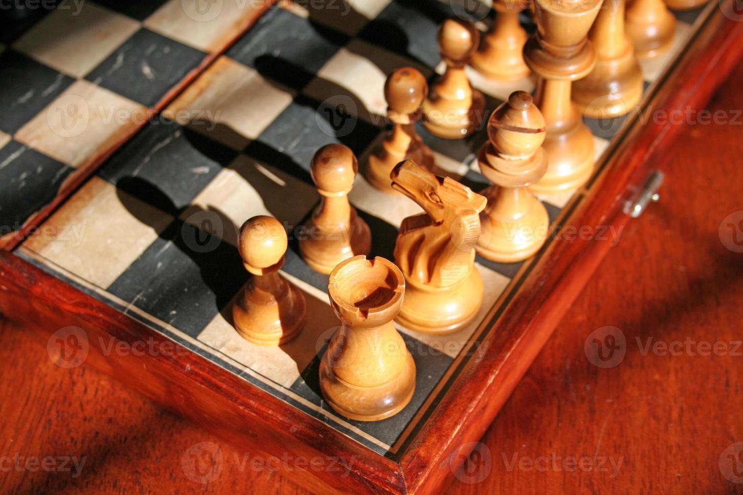 gros plan, échecs, morceaux, vieux, bois, échiquier photo