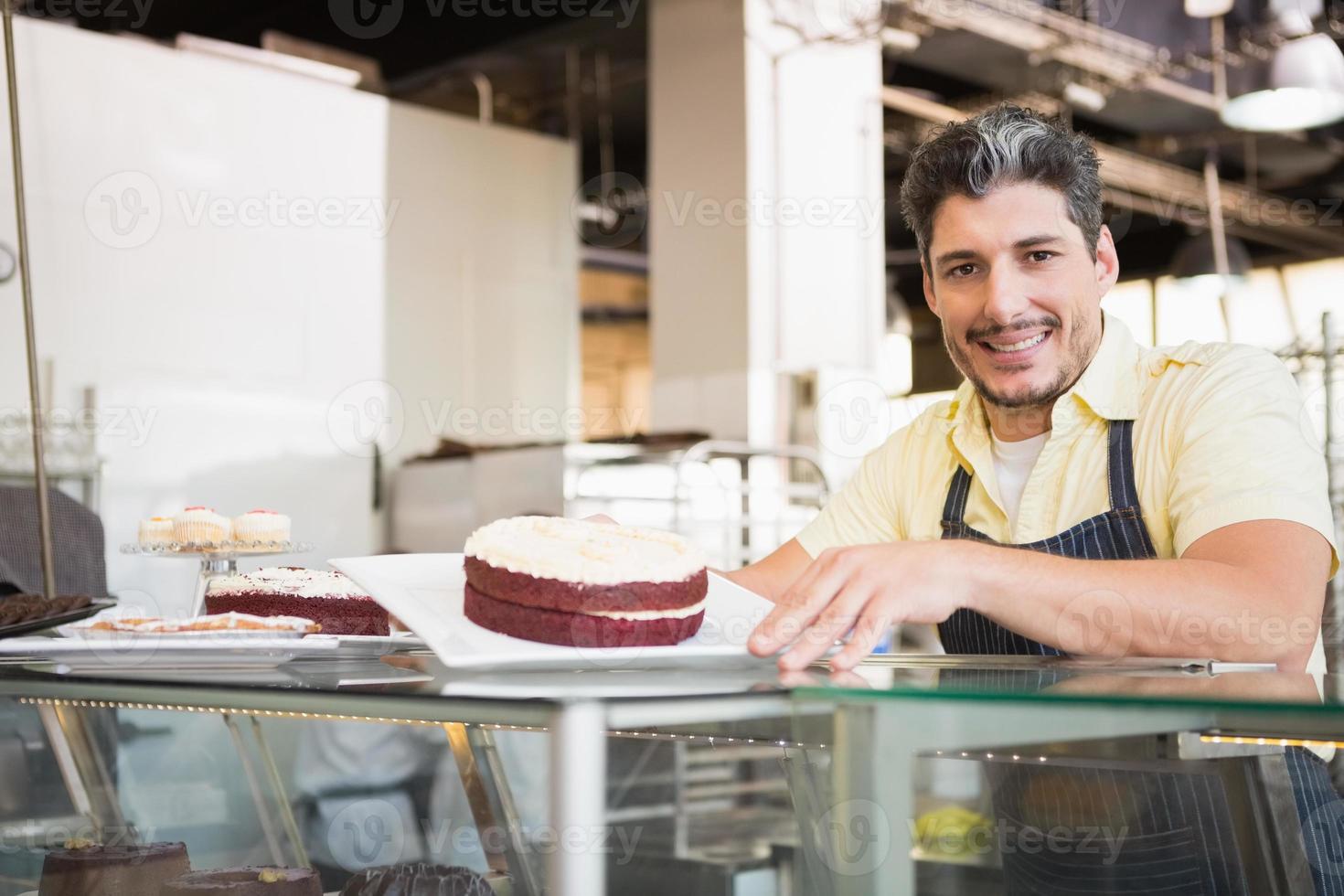 travailleur souriant montrant du velours rouge photo