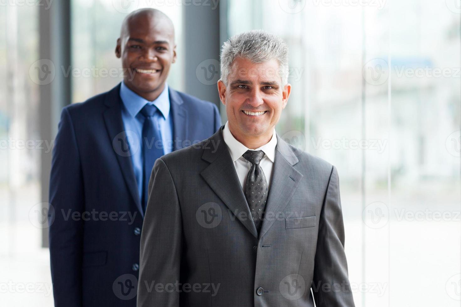 homme d'affaires senior et jeune homme d'affaires africain photo