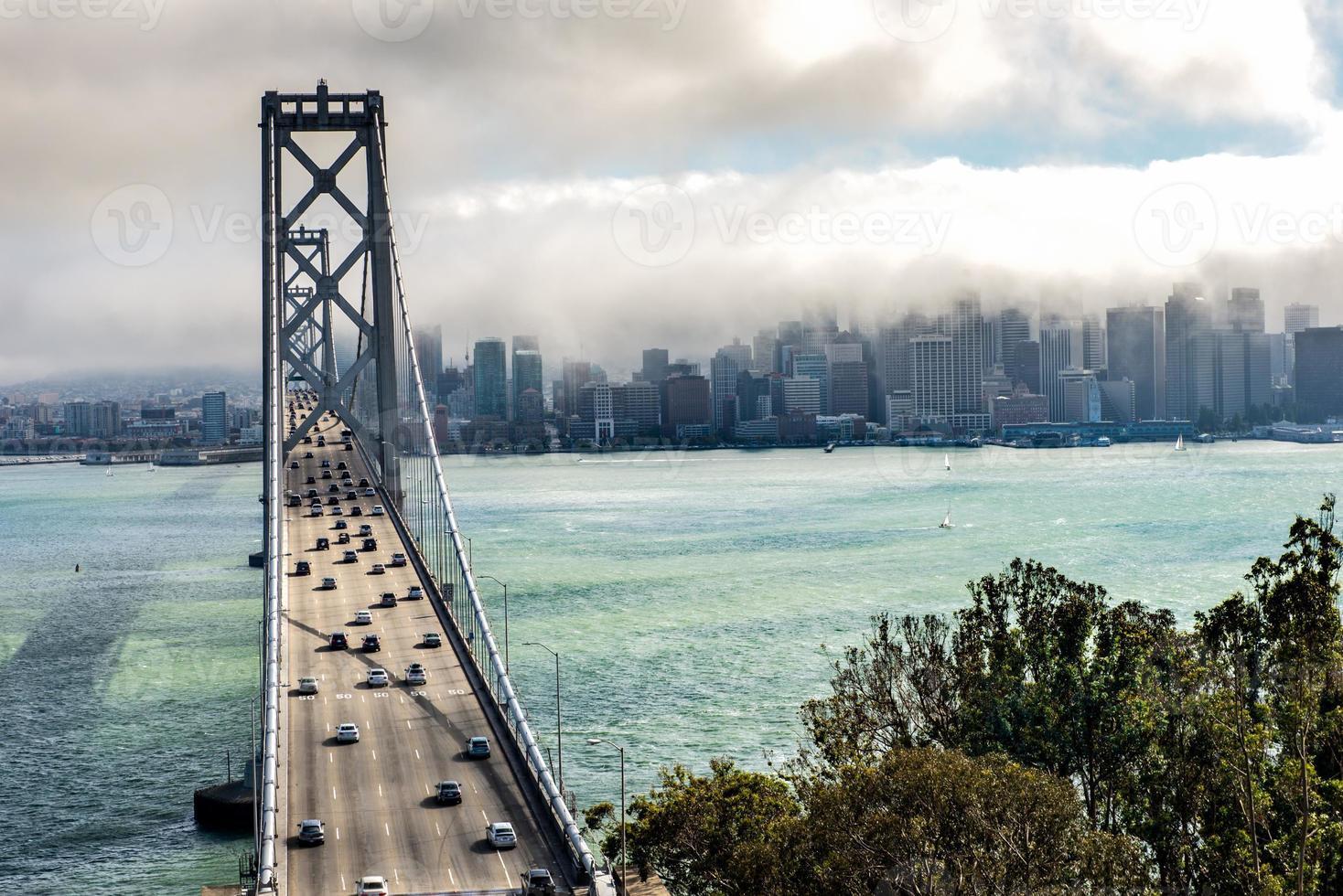 centre-ville de san francisco avec brouillard photo