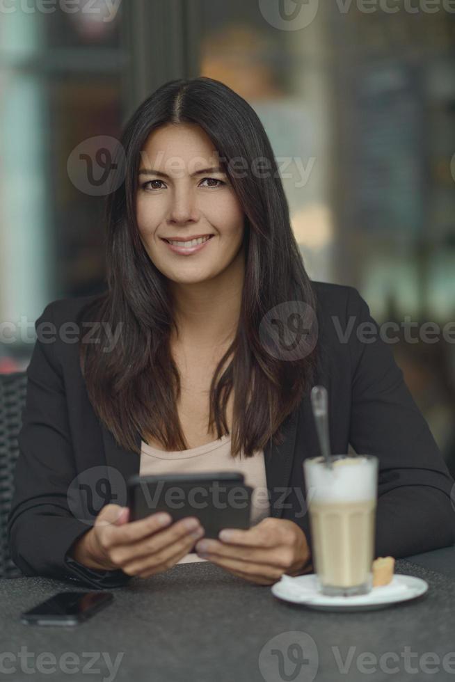 femme souriante, dans, café-restaurant photo