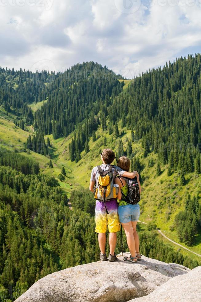 couple d'amoureux appréciant la romance dans les montagnes photo