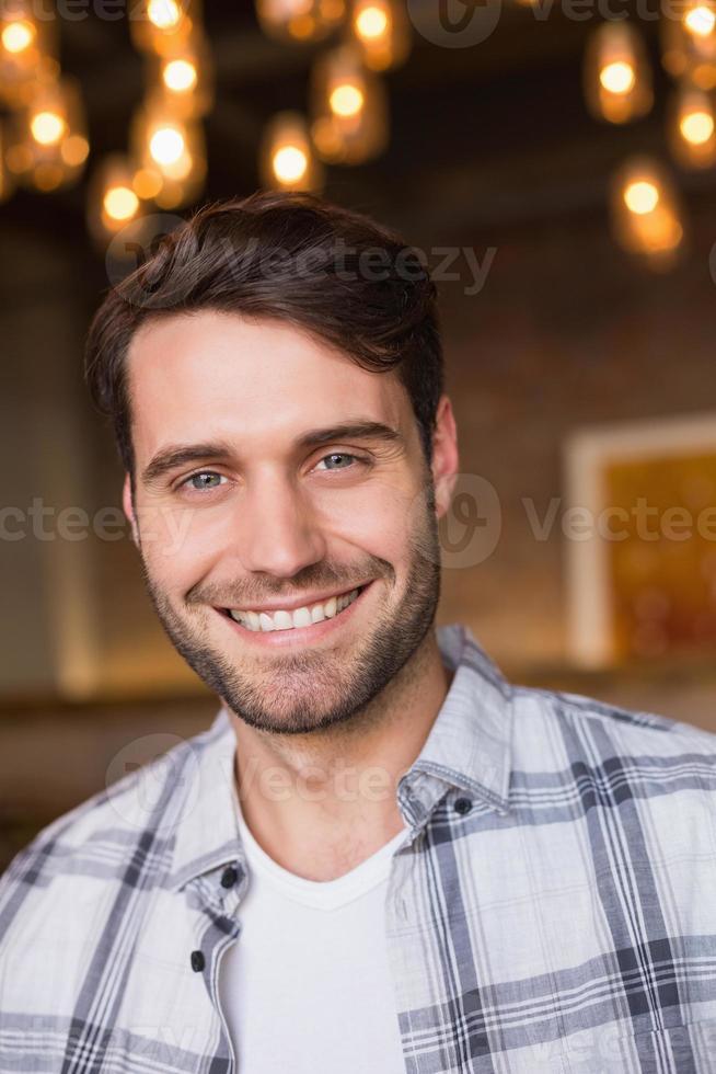 jeune homme, sourire, appareil-photo photo