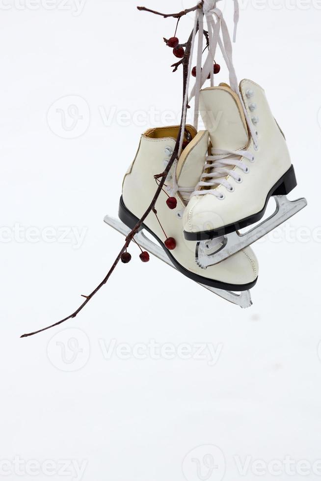 chaussures et lames de patinage sur glace photo