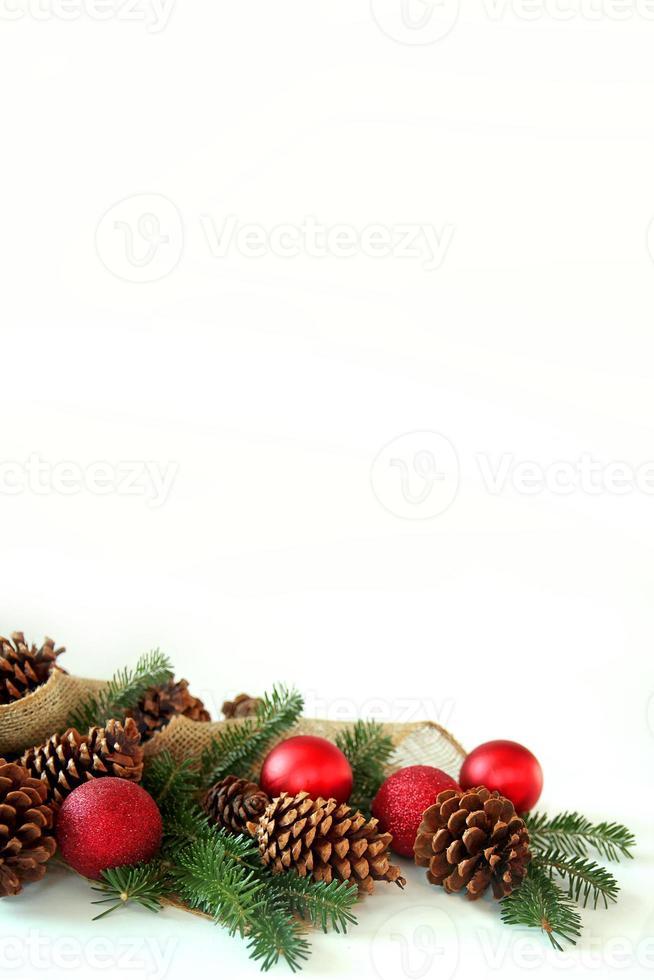 ampoule de Noël, pomme de pin et bordure à feuilles persistantes isolé Pentecôte photo
