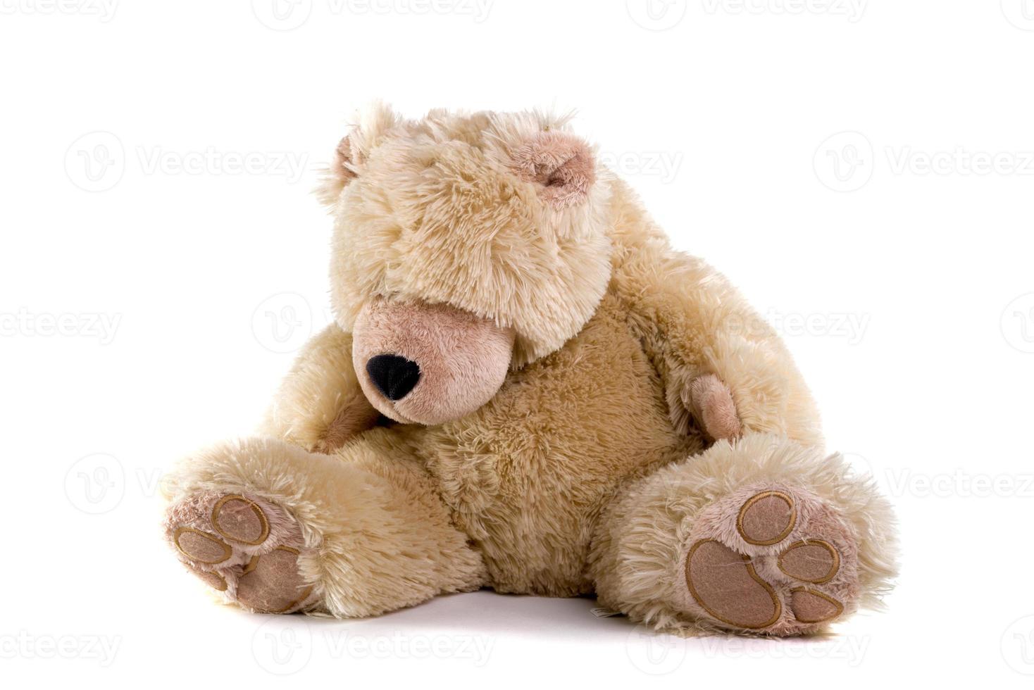 ours en peluche triste sur fond blanc photo