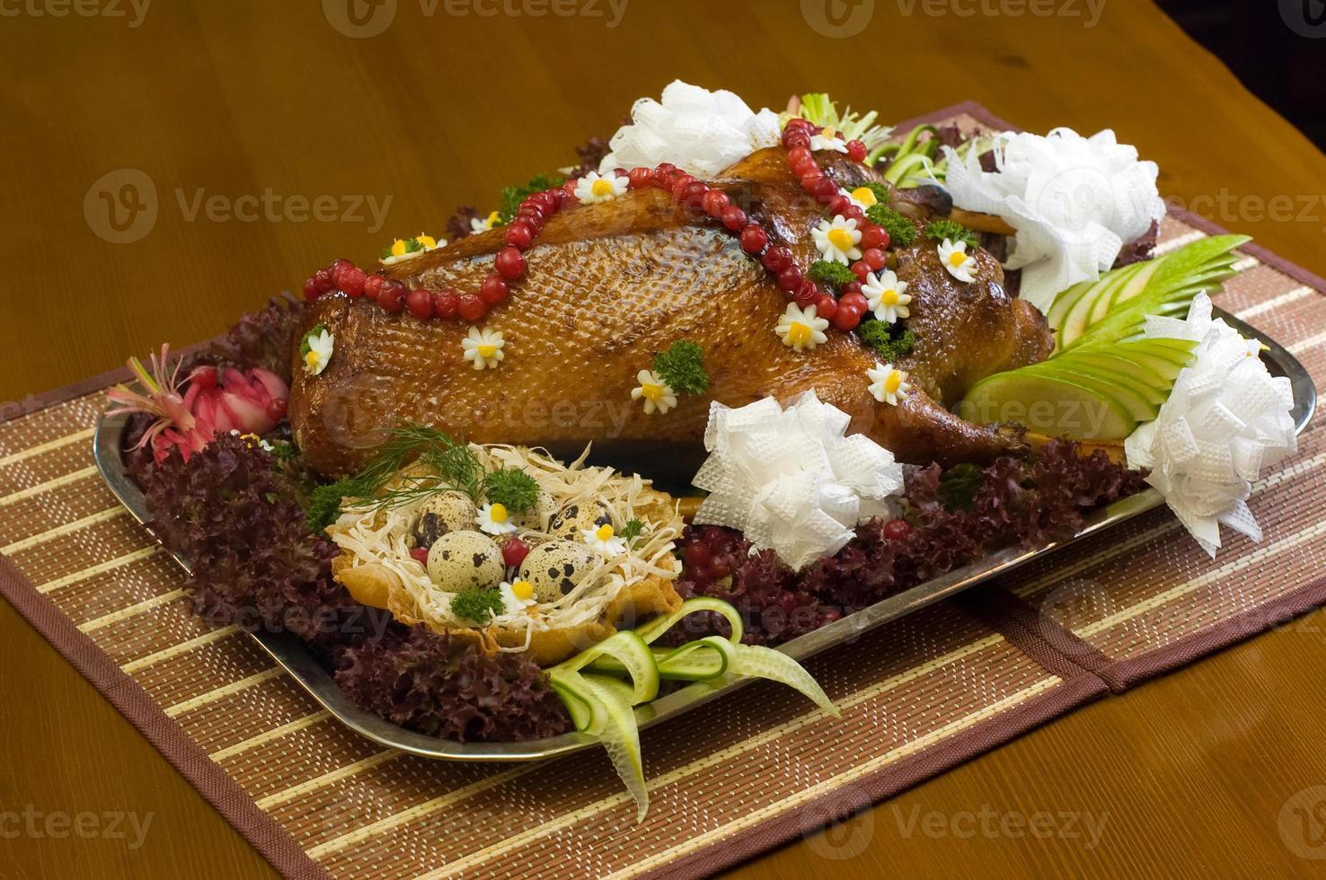 plat avec canard rôti et légumes photo