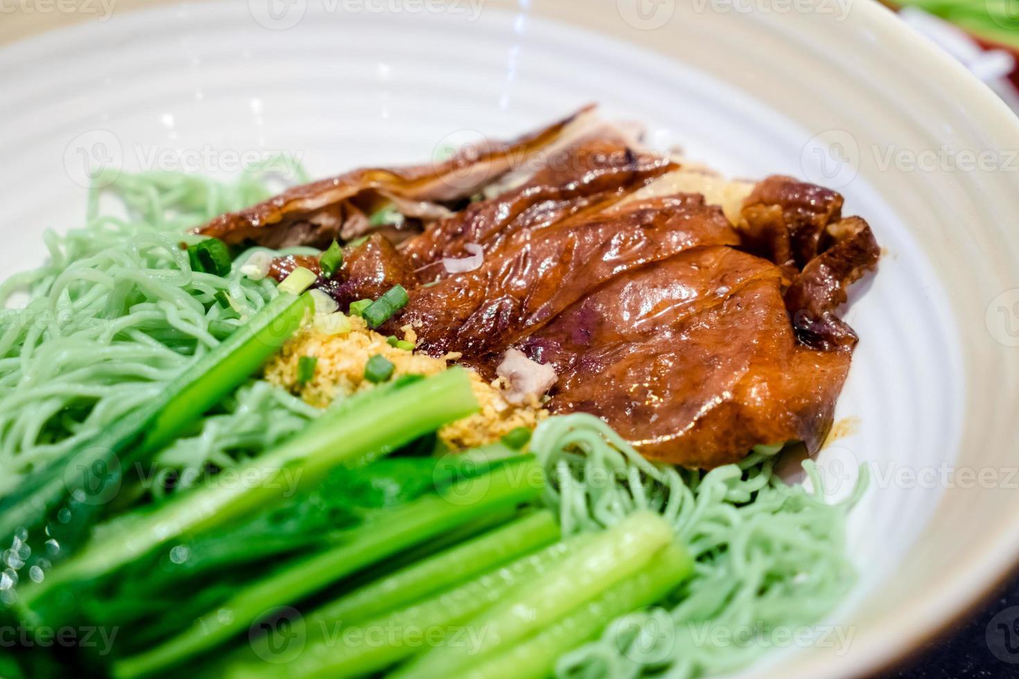 canard rôti avec soupe aux nouilles vertes photo