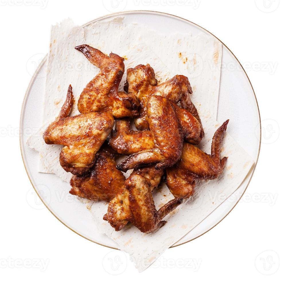 ailes de poulet sur blanc photo