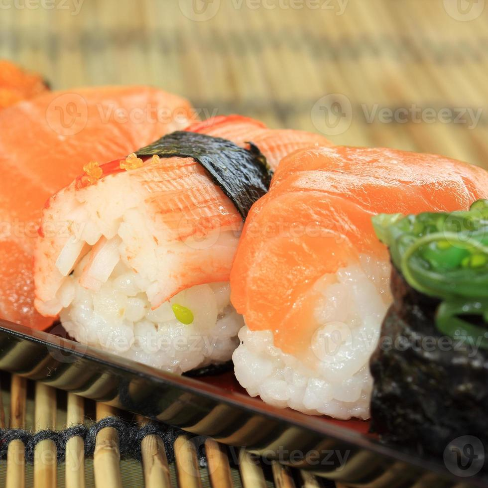 sushi sur la plaque photo