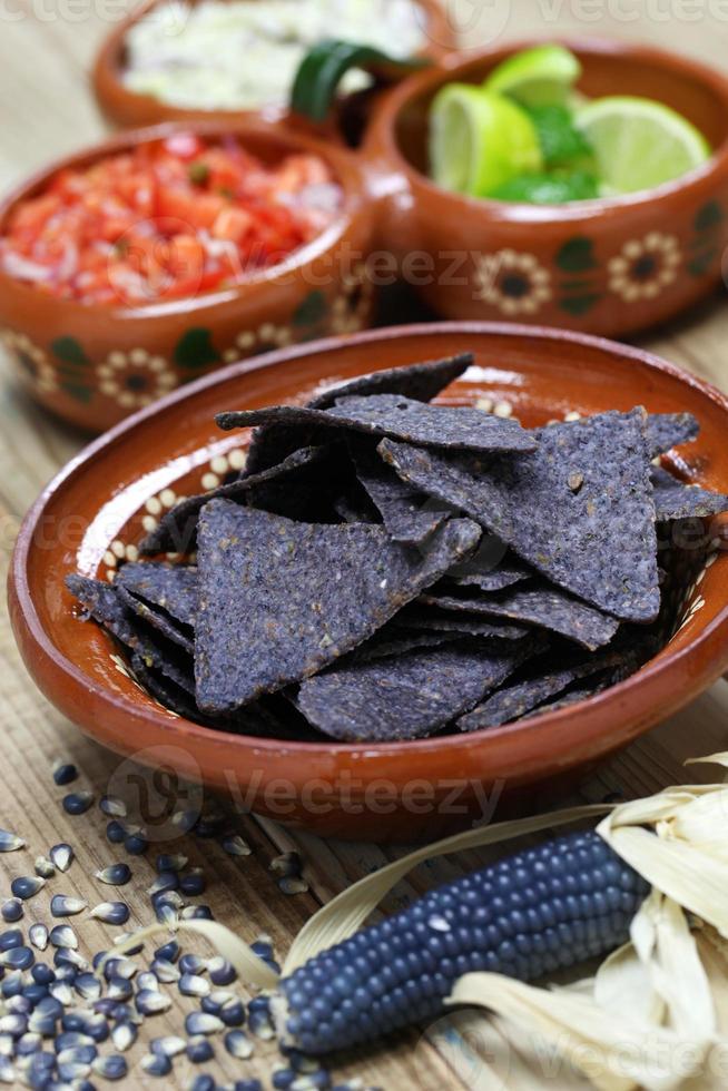 chips de tortilla de maïs bleu photo
