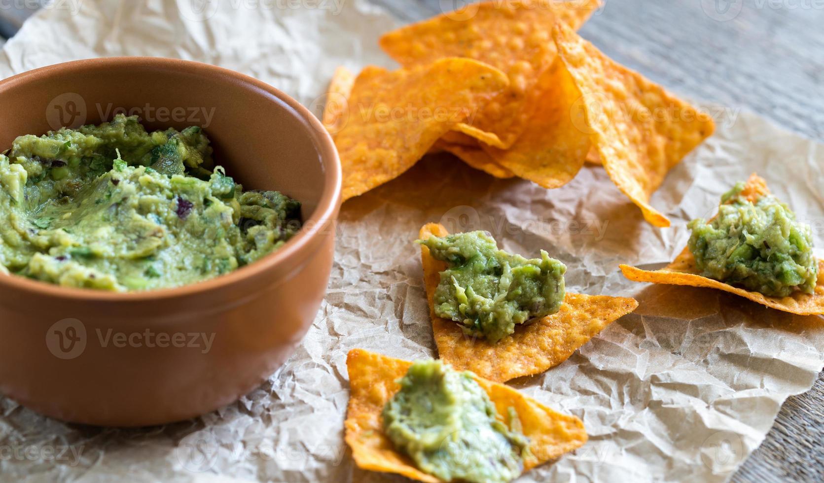 guacamole aux chips de tortilla photo