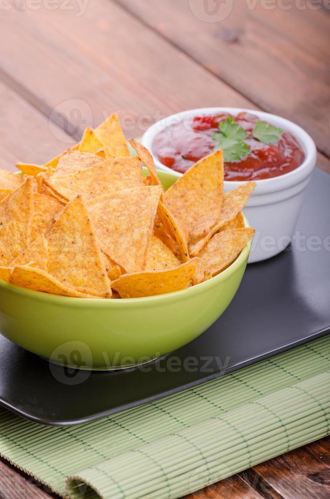 croustilles de tortilla avec salsa de tomates épicées photo