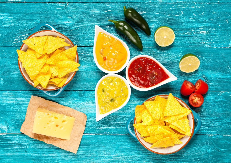 assiette de nachos avec différentes trempettes photo