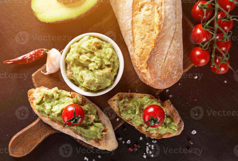 guacamole avec pain et avocat photo