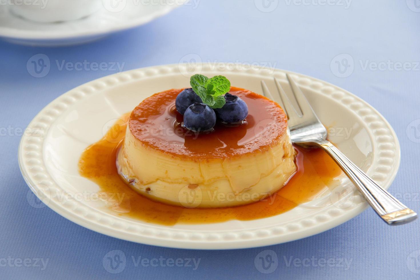crème caramel aux bleuets frais. photo