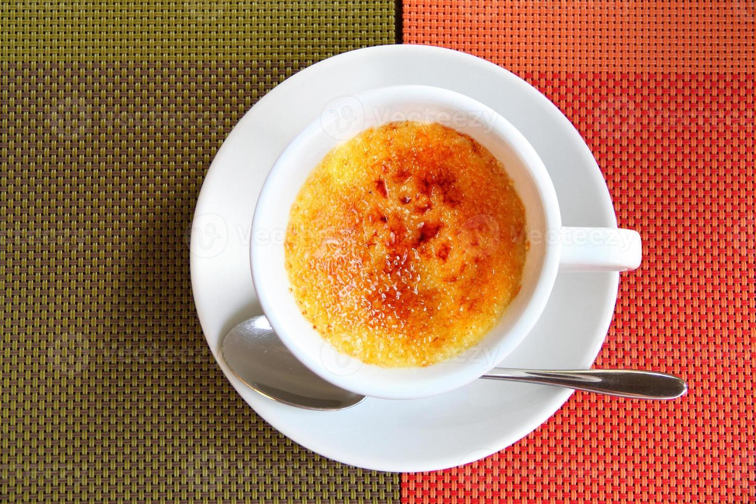 crème brûlée dans une tasse à café photo