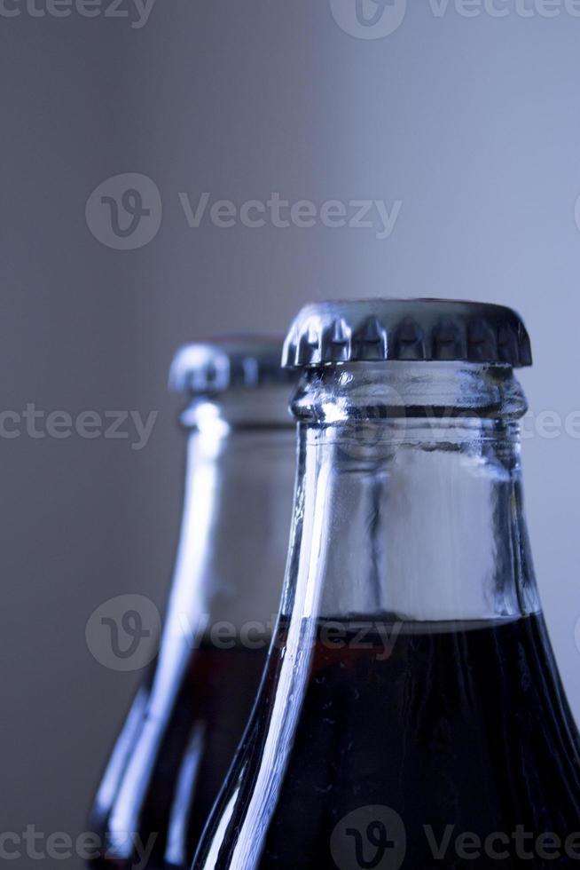 bouteille de boisson gazeuse cola en verre de soda photo