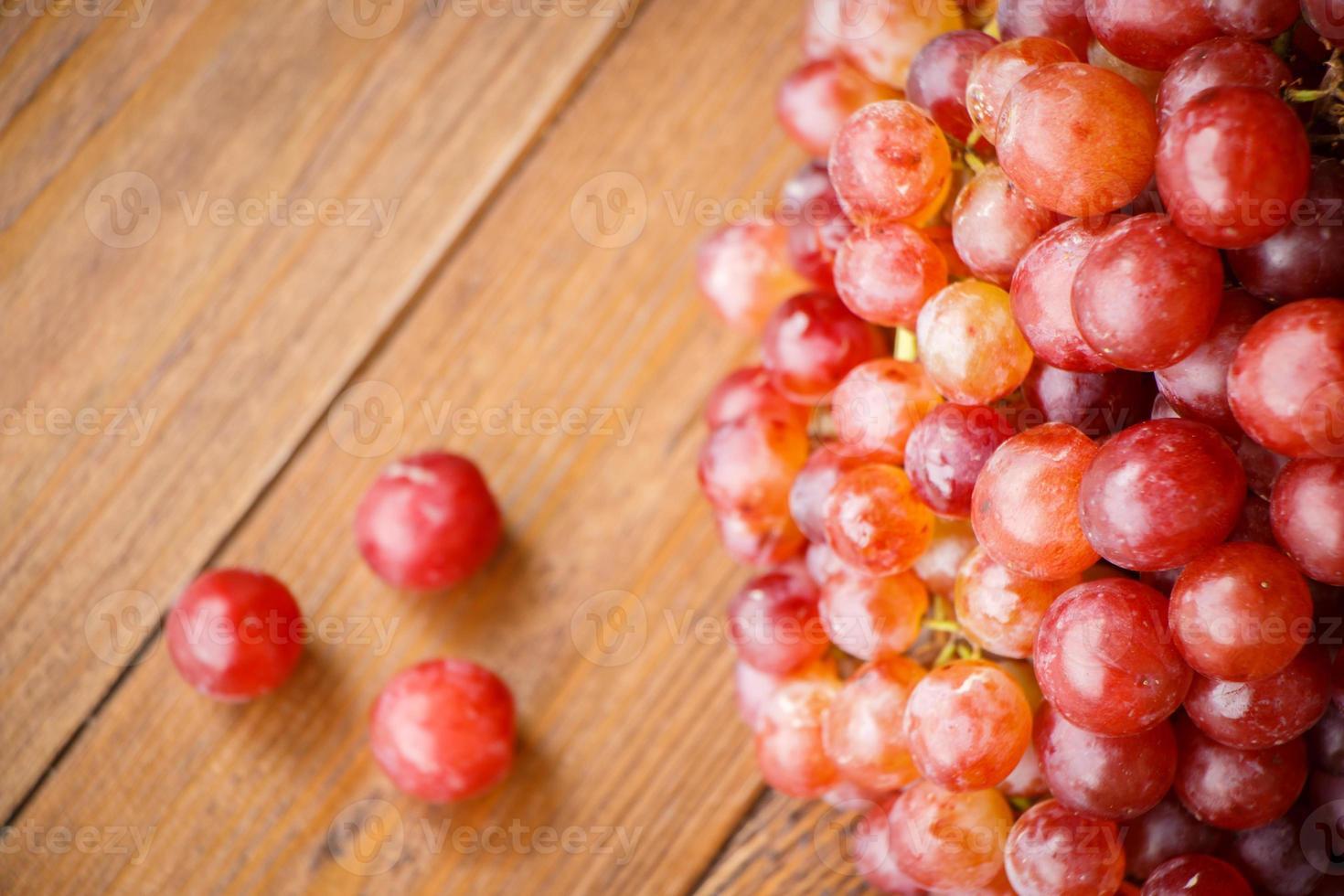 raisin rouge sur table en bois photo