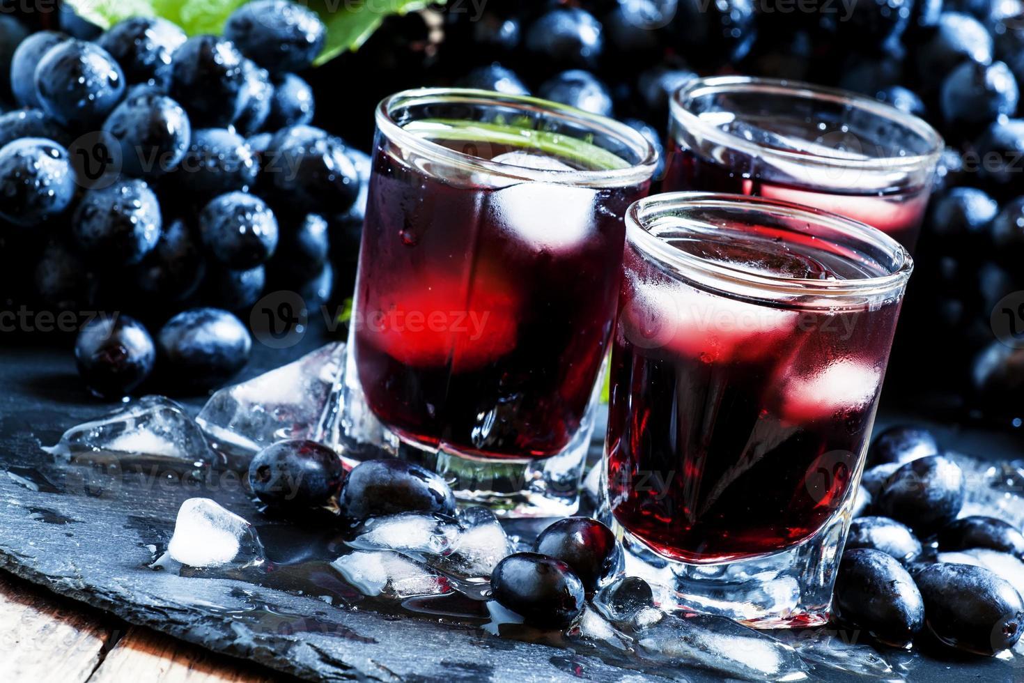 jus de raisin noir froid avec de la glace photo