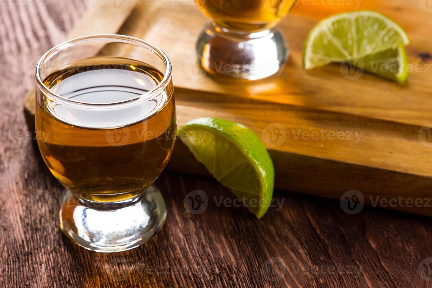 tequila dans des verres à liqueur au citron vert et sel photo