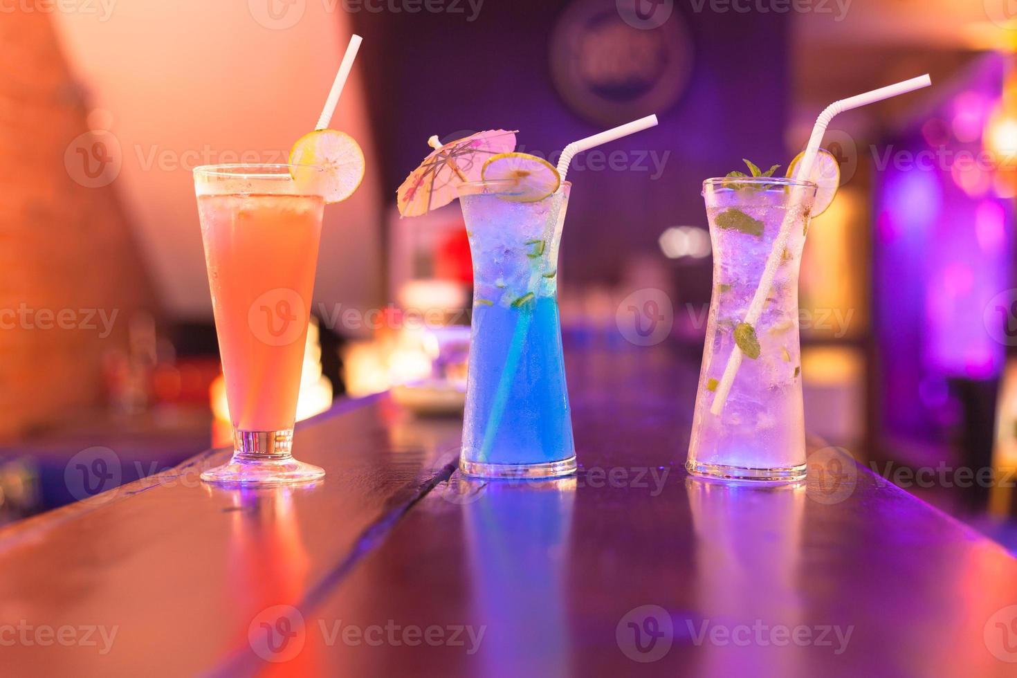 cocktails sur le comptoir du bar en boite de nuit photo