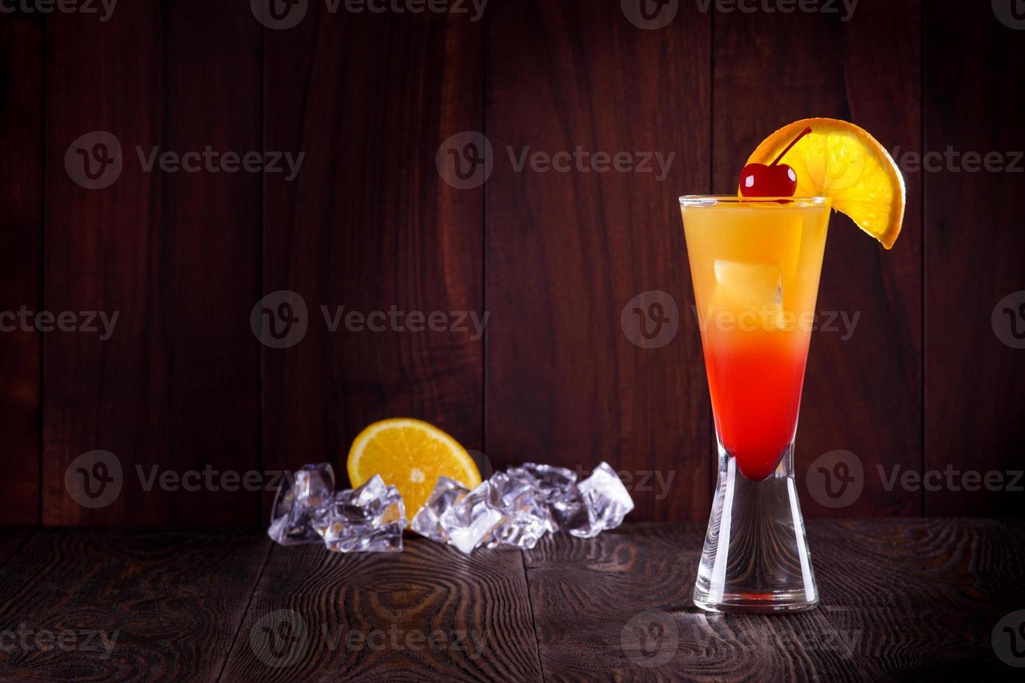 cocktail tequila sunrise. la glace. photo